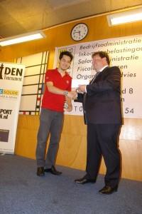 David Howell ontvangt eerste prijs uit handen van de hoofdsponsor Roel Piket (foto: René Olthof)