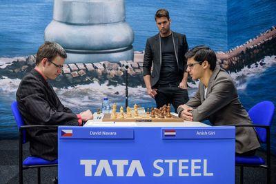 Anish Giri tegen David Navara met Nick Schilder op de achtergrond